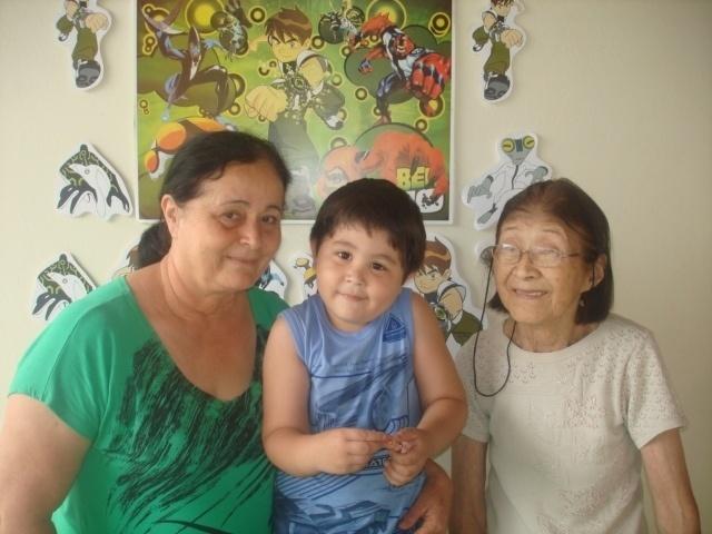 Bruno Eduardo Macera Tase posa com as vovós materna, Celina, e a paterna, Neusa. A foto foi tirada pela mamãe Paula; eles moram em Presidente Venceslau (SP).