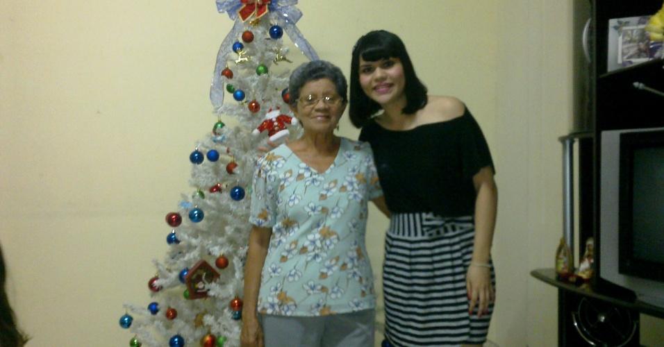 Camila de Nazaré Alencar posa com a vovó Maria Nascimento Lima em frente a uma árvore natalina: Amo muito a vovó Quinha, conta, carinhosamente. Elas são de Belém do Pará (PA).