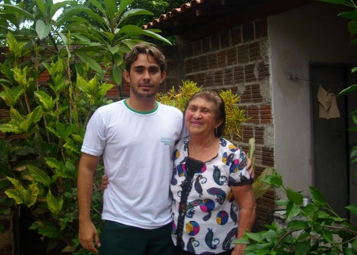 Daniel Nunes Pinheiros posa com a vovó Maria Júlia Bezerra Pinheiro. Eles são de Milhã (CE).