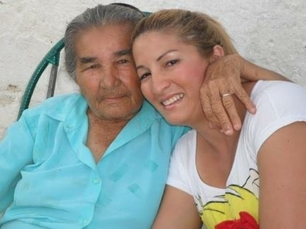"""""""Essa sou eu e minha vozinha querida Cotinha. Amo ela demais"""", apresenta a neta Neila Feliciano Roberto."""