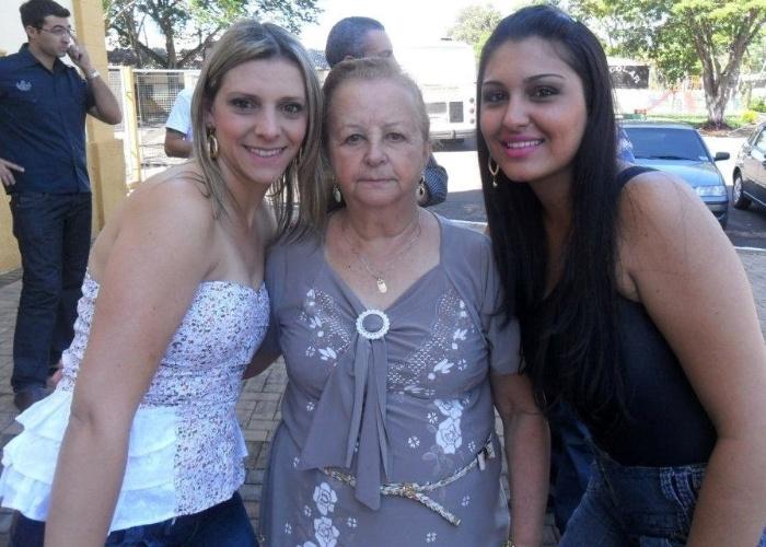 Herculina posa com as netas Paula (esquerda) e Gabrieli em Sabáudia (PR).?Vó, a senhora é muito importante em nossas vidas?, homenageia a neta Gabrieli.