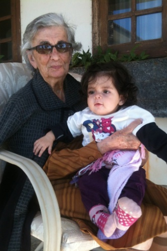 M. Sophia recebe os carinhos da bisavó Wanda Margarida Tatit de Lima.