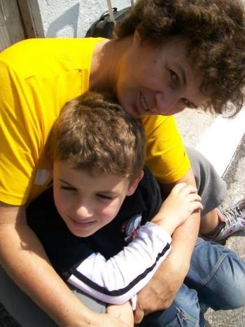 Na imagem, a vovó Amabile Salete dos santos abraça o netinho Gustavo. A dupla é da capital paulista.