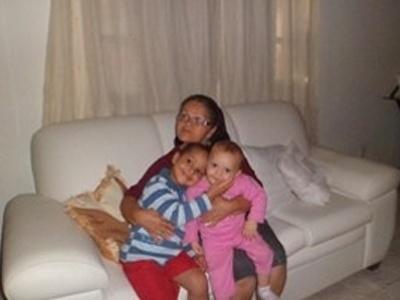 Os pequeno Arthur e Laura Normandia Silva posam no colo da vovó Maria de Lourdes Leal Silva. O trio mora em São Estevão (BA).