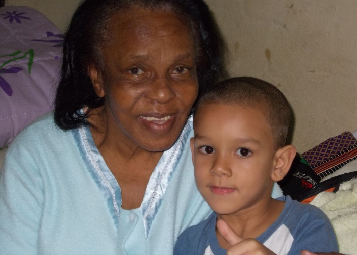 """Pedro Augusto faz pose de """"joia"""" para a câmera ao lado da vovó Mariz Nilza. A mãe do garoto, Claudire, é quem tirou esta fotografia. Eles são de Louveira (SP)."""