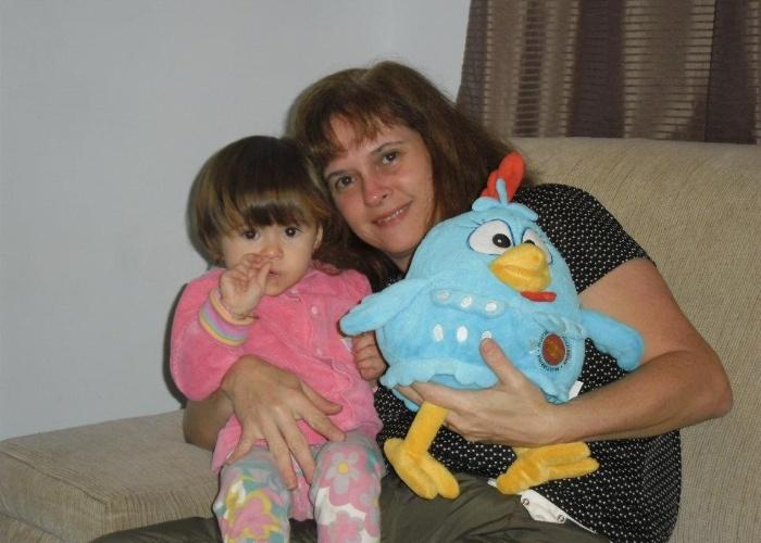 """Sophia Barreiros é """"apaixonada pela bobó e pela galinha pintadinha dada de presente"""", conta a mãe da garotinha. Dona Renata Ferreira mora com a família em Amparo (SP)."""