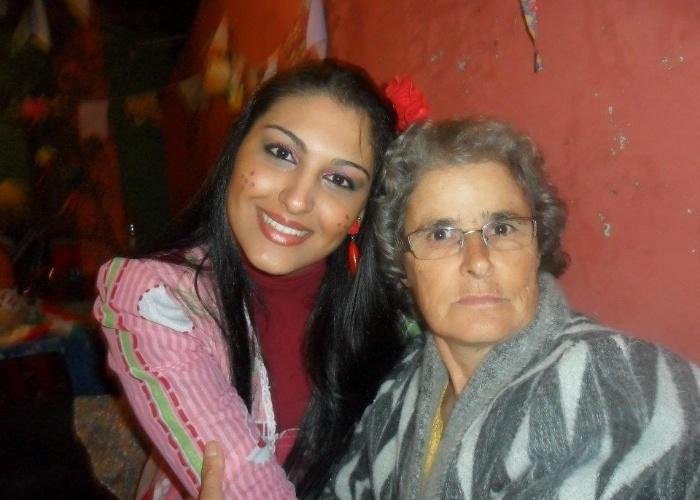 """""""Te amo muito, vozinha"""", declara a neta Gabrieli Prates. Ela tirou uma foto ao lado de dona Maura Barbosa Naves em uma festa de família em Sabáudia (PR)."""