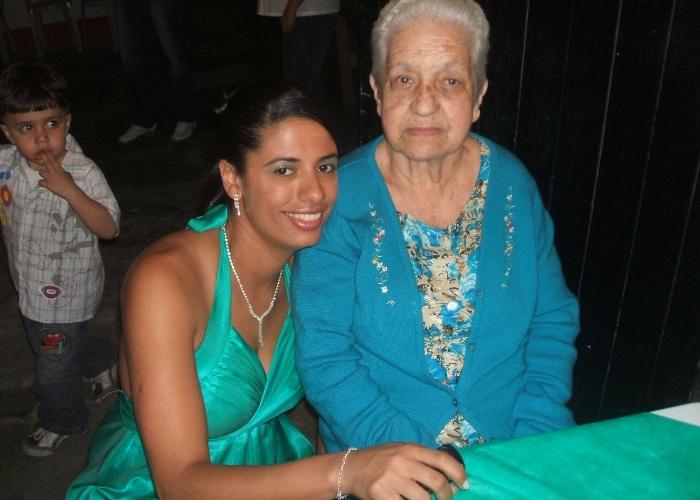 Vanessa Correa Moreira tirou uma foto do lado da vovó Julieta Rodrigues Correa em uma data muito especial: o dia do seu noivado, em novembro de 2010.