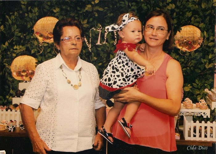 A pequena Nina Leite Chiarini recebe carinho das vovós Maria Lúcia Câmara Leite e Elizabeth Chiarini Pena Silva. Elas são de Divinópolis (MG).