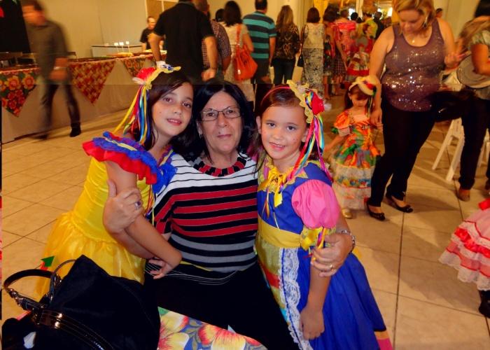 Maria Vitória e Maria Clara amam muito a bisavó Marta Ellen C. Travassos. Quem registrou este momento foi a mãe das garotas, Cibelly, em uma festa de São João de 2012. Elas são de João Pessoa (PB).
