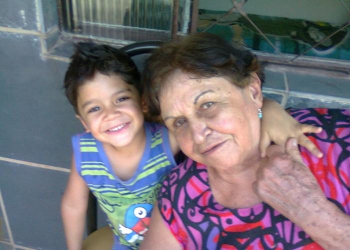 Matheus, de 4 anos, está sempre junto da vovó Eli, de 76. Eles moram em casas ao lado na cidade de Ribeirão das Neves (MG).