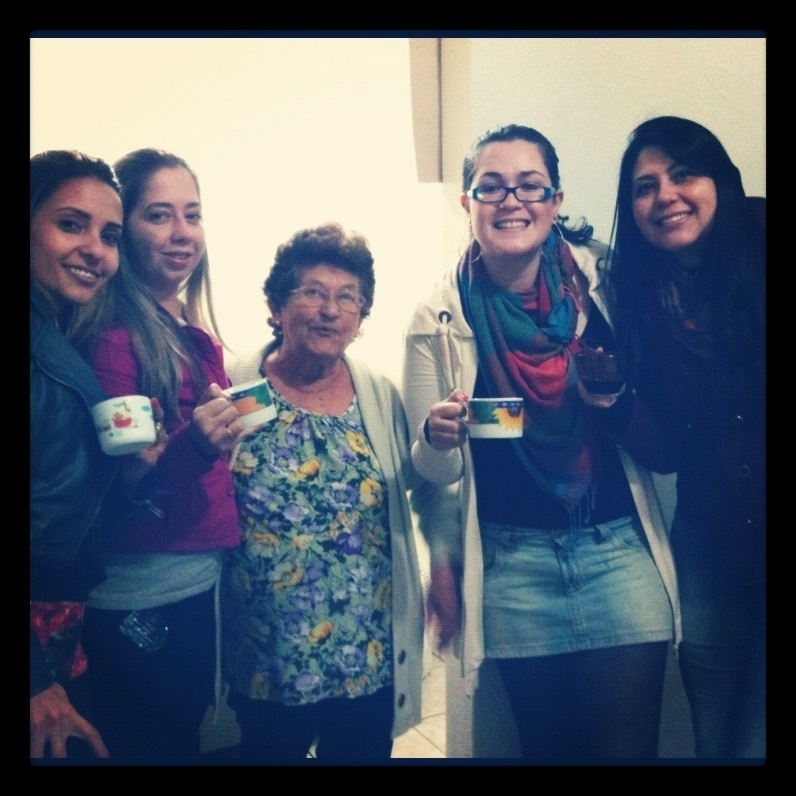 No dia em que a vovó Benedicta Rodrigues da Costa completou 79 anos, ela recebeu a visita das netas Bruna, Gislaine, Michelli e Denise para um café. Elas são de Jacareí (SP).