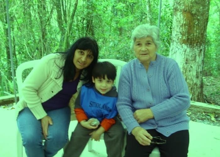 O garoto Pablo tira foto entre as avó Edna (esquerda) e a bisavó Malvina. Edna faz uma homenagem à sua querida avó: ?Que Deus nos dê a bênção de tê-la conosco por muito tempo, nos dando muito amor, nos ouvindo com carinho, nos orientando, nos aconselhando sempre com muita paciência?. Eles são de Mogi das Cruzes (SP).