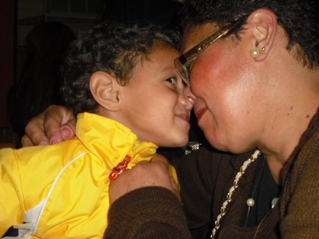 O netinho Antônio Luiz e a vovó isabel mostram muito carinho e alegria um pelo outro.