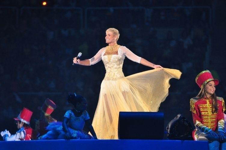 Xuxa canta durante o especial de Natal 2010. A apresentadora recebeu mais de dez mil convidados no Maracanãzinho, no Rio de Janeiro (dez.2010)