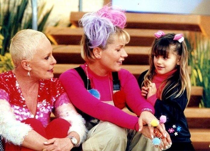 """4.out.2001 - A apresentadora Ana Maria Braga recebe Xuxa e Sasha na gravação do programa """"Mais Você"""", da Rede Globo"""