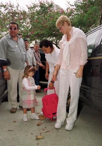 3.ago.2000 - A apresentadora de televisão Xuxa, acompanha a filha Sasha até escola para o seu primeiro dia de aula, no Rio de Janeiro
