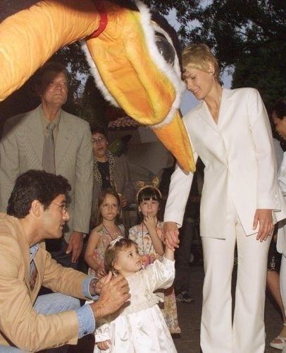 28.jul.1999 - A menina Sasha Meneghel Szafir observa boneco acompanhada de seus pais, Luciano Szafir e Xuxa Meneghel, durante festa de seu primeiro aniversário