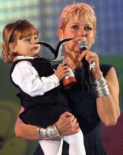 21.fev.2000 - Com a filha Sasha no colo, a apresentadora Xuxa apresenta show e recebe o prêmio Gaivota de Prata em Viña del Mar, Chile