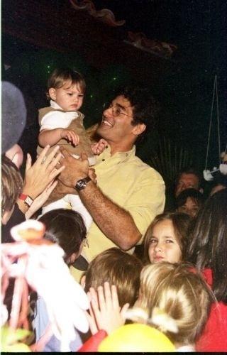 28.jul.1999 - Luciano Szafir segura a filha na festa de 1 ano de Sasha, no Rio de Janeiro