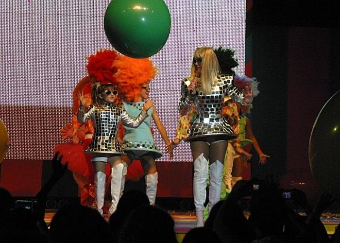 Dez.2005 - Sasha canta acompanhada da mãe, Xuxa, no Claro Hall, localizado na Barra da Tijuca (RJ)