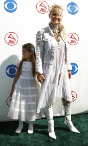 """Sasha e Xuxa posam para fotógrafos do Grammy Latino de 2004. Nese ano, Xuxa concorreu ao prêmio dde melhor disco infantil com """"Xuxa Só para Baixinhos 4"""""""