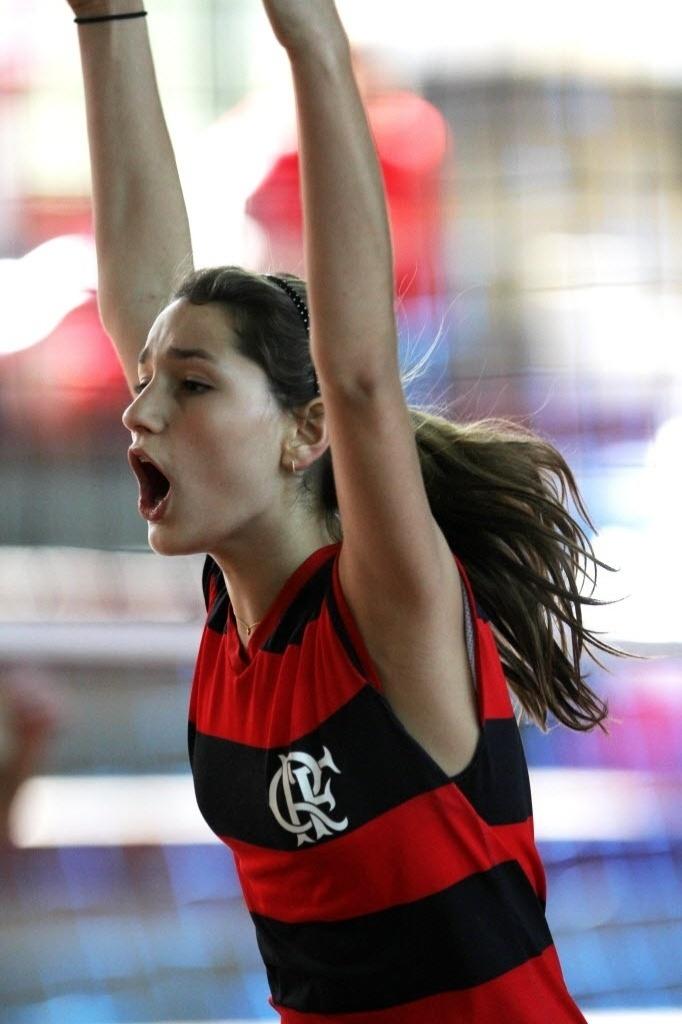 """Sasha Meneghel Szafir nasceu no dia 28 de julho de 1998. Filha de famosos, a garota teve os seus 10 primeiros minutos de vida transmitidos ao vivo pelo """"Jornal Nacional"""". Em 2014, a garota completa 16 anos de idade. Na imagem, ela aparece durante o treino de vôlei pelo time do Flamengo em outubro de 2012"""