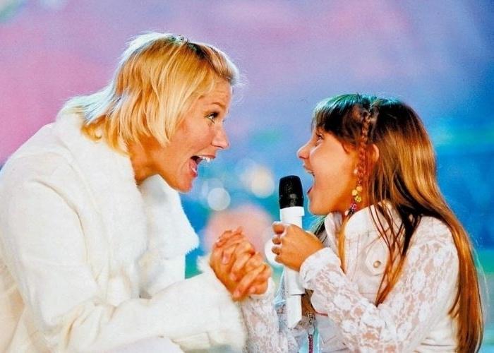 """Xuxa canta com a filha Sasha o hit """"Lua de Cristal"""" em gravação do """"TV Xuxa"""", da TV Globo, especial do Dia da Criança (12/10/5)"""