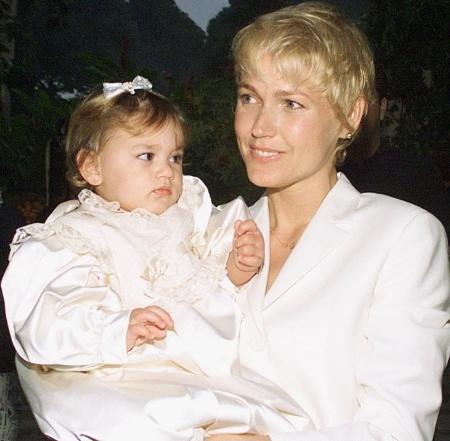 28.jul.1999 - Xuxa Meneghel é fotografada com Sasha no colo durante festa de seu primeiro aniversário da menina