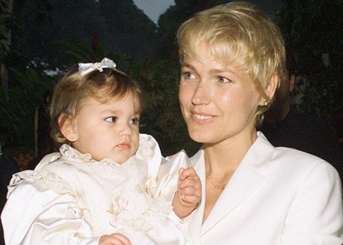 Xuxa Meneghel é fotografada com Sasha no colo durante festa de seu primeiro aniversário da menina (28/6/99)