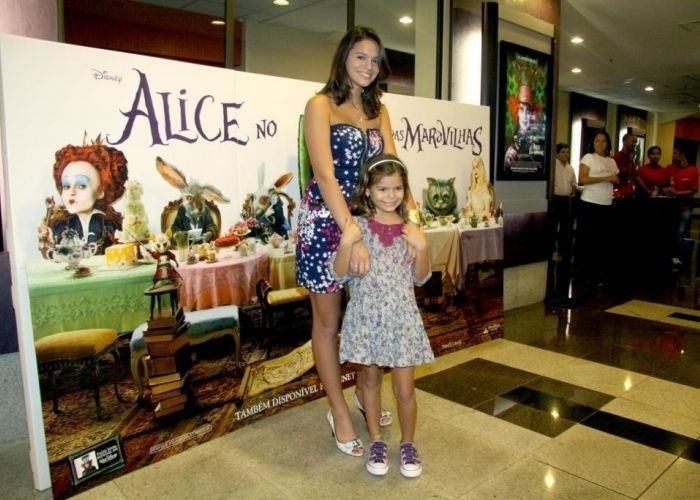 15.abr.2010 - Acompanhada da irmã mais nova, Luane Marquezine, a atriz Bruna vai à pré-estreia do filme 'Alice no País das Maravilhas', em Botafogo (RJ)