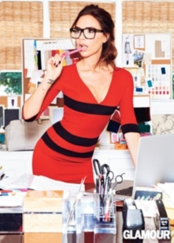 A estilista e cantora Victoria Beckham é a capa da edição de setembro de 2012 da revista Glamour do Reino Unido. A esposa do jogador David Beckham participou de um ensaio sensual, onde aparece dentro de uma banheira de espuma e vestindo modelitos bem curtinhos.