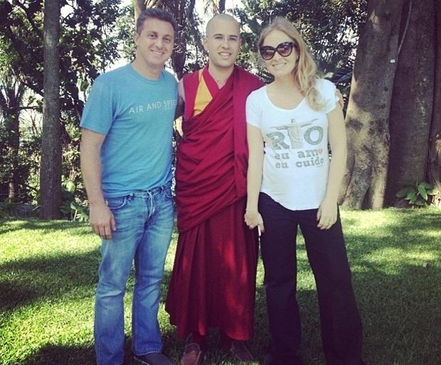 """Angélica e Luciano Huck receberam um monge budista para uma visita em sua casa no Rio de Janeiro (3/8/12). A foto foi postada pelo apresentador no Twitter acompanhada da frase: """"Hoje cedo em casa? eu, @angelicaksy e Lama Michel. Excelente papo"""". Angélica, que já é mãe de Benício e Joaquim, está grávida de seis meses de uma menina"""