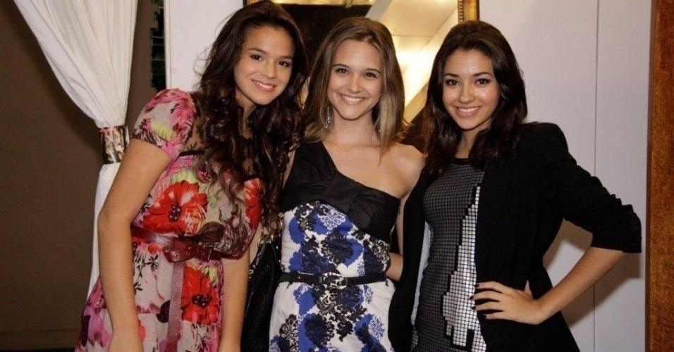 1.jun.2011 - As atrizes Bruna Marquezine, Juliana Paiva e Carolina Oliveira no terceiro dia de desfiles do Fashion Rio