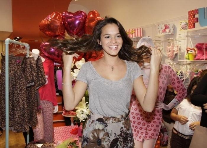 7.jun.2011 - Bruna Marquezine se diverte em inauguração de grife, no Rio