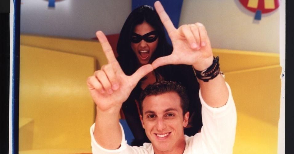 """Suzana Alves e Luciano Huck, que apostou no personagem de Tiazinha para o seu programa """"H"""", na TV Bandeirantes."""