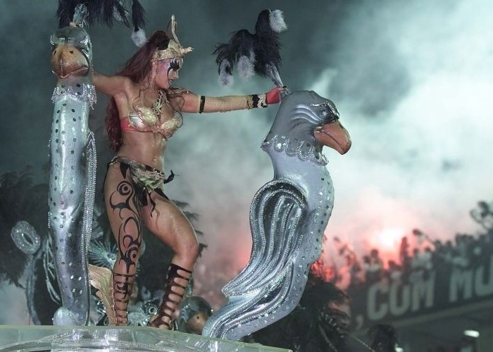 Suzana Alves em uma de suas várias aparições no Carnaval. Em 2001, desfilou em São Paulo pela Gaviões da Fiel.