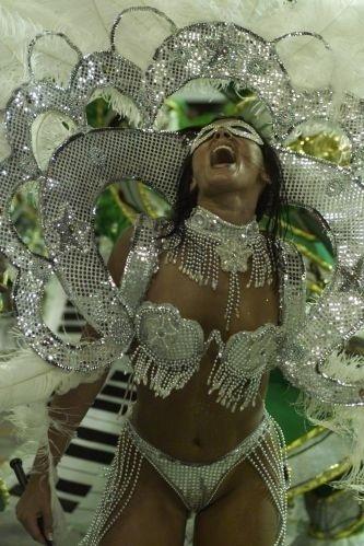 Suzana Alves esbanja alegria no desfile da Tradição, no Carnaval carioca de 1999.