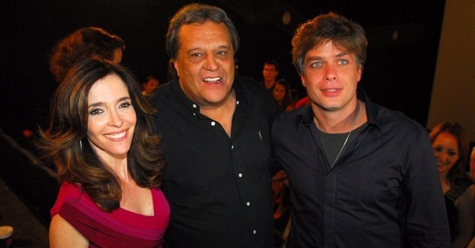 """A atriz Deborah Evelyn, o diretor Dennis Carvalho e o ator Fabio Assunção, que trabalharam juntos e """"Dalva e Herivelto"""" (2011)."""