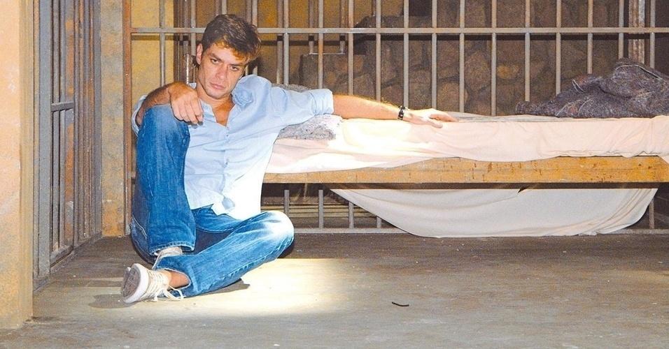 """Fábio Assunção na delegacia durante cena da novela """"Paraíso Tropical"""", da TV Globo, de 2007."""