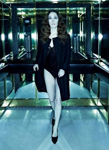 """Famosa como umas das amantes de Cadinho (Alexandre Borges) em """"Avenida Brasil"""", a atriz Camila Morgado (intérprete de Noêmia na trama) participou de um ensaio sensual, mostrando o corpo em forma de lingerie para a revista """"Alfa"""" de agosto (9/8/12)"""