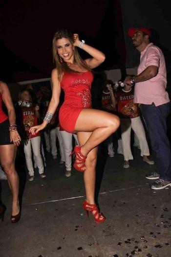 A ex-BBB Cacau deu alegria aos marmanjos no ensaio da escola de samba Dragões da Real em São Paulo. A bela mostrou que o corpo e o samba estão em impecáveis (11/8/12)