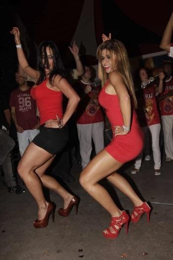 As ex-BBBs Kelly Medeiros e Cacau sambam até o chão durante o ensaio da escola Dragões da Real, em São Paulo (11/8/12)