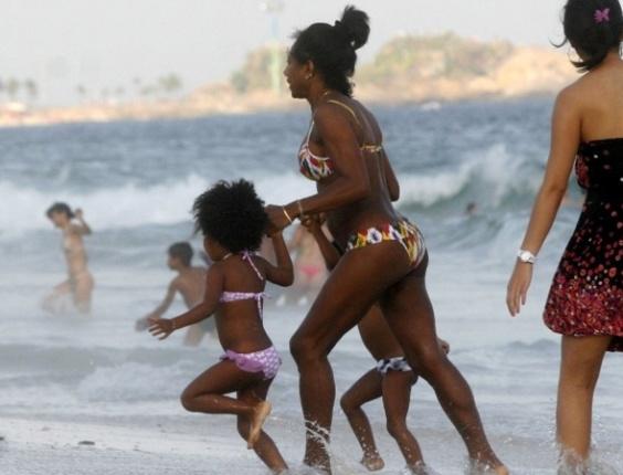 Glória Maria se diverte na praia do Leblon, no Rio de Janeiro, com as filhas Maria e Laura (15/4/12)