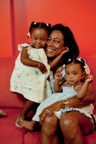 Glória Maria recebe o carinho das filhas adotivas Maria (esq.) e Laura (dir.). As garotas receberam a adoção da apresentadora em 2008.