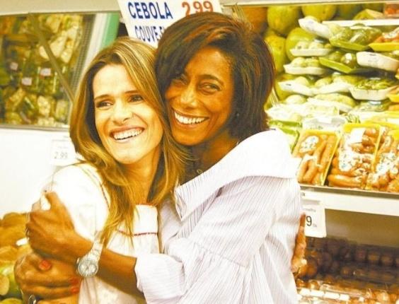 Glória Maria abraça a atriz Ingrid Guimarães durante as gravações do programa Mulheres Possíveis do GNT (foto de outubro de 2007).