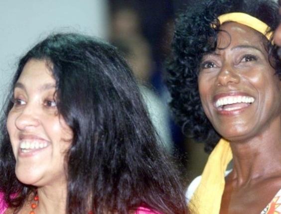 Glória Maria ao lado da apresentadora Regina Casé no bloco de carnaval Afoxé Ilê Aiyê, em Salvador, em fevereiro de 2001