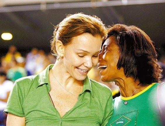 Glória Maria assiste ao jogo do Brasil x Equador nas Eliminatórias da Copa em 2007, ao lado da atriz Júlia Lemmertz (17/10/07)