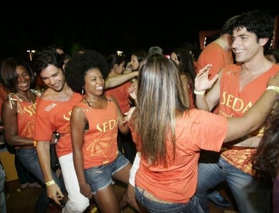 Glória Maria dança no Festival de verão de Salvador com os atores Sérgio Marone e Reynaldo Gianecchini (17/1/08)
