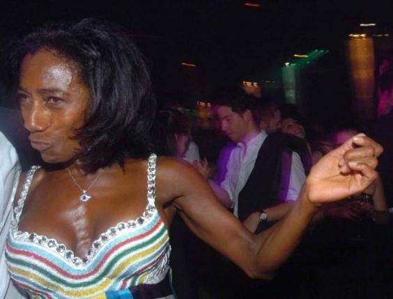 Glória Maria no baile de carnaval de gala da Vogue, no hotel Unique, em fevereiro de 2006